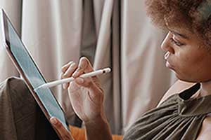mobile-learning-woman-tablet-300x200